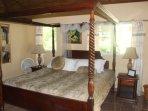 Mahogany king size bed in Pendula Cabin