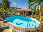 La piscine et son deck