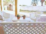 Veranda esterna con tavolo, sedie e salottino per esterni