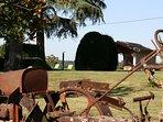 Le jardin à la française avec le premier tracteur de l'exploitation