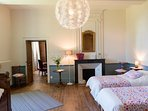 La chambre Jean avec ses 2 lits jumeaux et jumelables pour former un grand lit 180 et un lit ancien