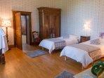 La chambre Julie avec ses 2 lits jumeaux et jumelables pour former un grand lit 180 et un lit ancien