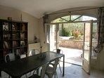 La salle à manger ouvre sur la terrasse et le jardin par une grande baie vitré