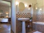 La salle de bain entre les chambres Alma et Laurent et Virginie