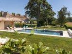 La piscine, son pool house le jardin et la maison
