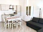 BREZZA MARINA (piano terra): zona living con cucina, sala da pranzo e divano letto matrimoniale