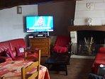 La salle à manger et et le salon avec TV partagée