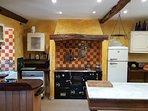 Cocina totalmente equipada con cocina de hierro y cocina a gas