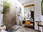 The Baganding Villa - Ensuite bathroom