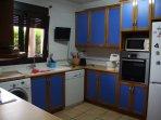 cocina completa  con lavabajillas, horno y todo tipo de accesorios