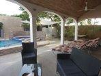 Terrasse extérieure, couverte, 6 transats, salon de jardin.