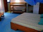 Chambre VIP avec deux lits superposés démontables. Et salle de bain privée.