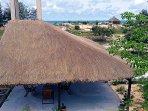 Site du Papayer avec sa grande terrasse ombragée, son jardin et le cabanon bord de mer.