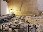 LETTO MATRIMONIALE A SOPPALCO: Semplice, Caldo, Essenziale, questa è la Camera da Letto del bilocale
