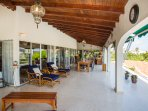 The mainly spacious roofed porch in front of the villa measures 100 square meters.