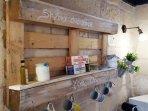 INGRESSO/CUCINA: La cucina in stile shabby chic è un mix and match di pezzi vintage unici...