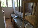Salle de bain de la suite 2 : 6,5 m2, vasques en granit.