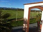 Bout de l'arcade du patio avec vue panoramique sur les Pyrénées