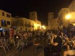 vita sociale alla sera sulla piazza