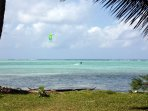 Kit-surf devant la plage mais pour les moins téméraires deux paddles à votre disposition