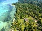 Vue aérienne de la villamahafaly devant l'immense lagon