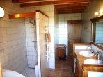 Badkamer met inloopdouche en regendouche, dubbele wasbakken