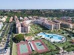 Edificio de las Américas, jardines, chiringuito, piscina, pistas polideportivas y parque infantil