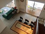 Vue de la mezzanine sur cuisine / salon ; loggia