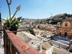 Da ogni balcone Birullá é possibile riempirsi gli occhi dell´imponente duomo di S. Pietro.