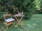 Ci sono diversi angoli in giardino dove potersi riparare per un momento relax