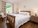 Your main bedroom (1 queen bed)