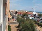 l'avenue le bâtiment rouge est le casino de Valras Plage . photo prise de la terrasse de l'appart