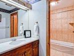 EastWestResorts_Kv121_Bathroom2-(2).jpg