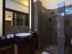 Deluxe Suite En-suite Bathroom with amenities