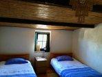 Chambre à lits simples confortables