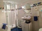 salle de bains très bien équipée avec douche, baignoire, bidet ...