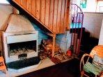 Le coin cheminée en contrebas du séjour; bûches disponibles sur les côtés,avec réserve à l'extérieur