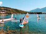 Sur le lac d'Embrun Serre-Ponçon, les planches à voile sont les reines(cours d'initiation possibles)