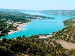 Le lac d'Embrun-Serre Ponçon, ensoleillé et venté, est aussi idéal pour les voiliers de toute taille