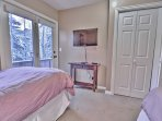 2nd Bedroom with 2 Twin Beds, 40' TV and Full Bath Access