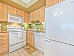 Fully Equipped Kitchen with Granite Countertops and a Drip Coffee Maker
