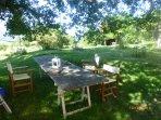 tavolo estivo del giardino sotto la grande quercia