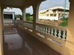 Super balcon qui fait le tour de la maison