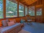 La casa può ospitare comodamente 10 persone in tutta 2.000 piedi quadrati di spazio vitale.