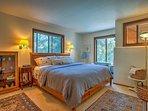 La camera da letto dispone di un letto king-size peluche.