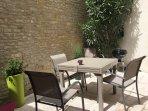 dans la cour sans vis à vis, une table pour 8, un barbecue et parasol