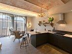 Apartamento con mucha luz, con 3 ventanales. Cocina abierta