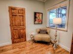 Camera da letto principale con tonalità di Hunter Douglas e vista della veranda