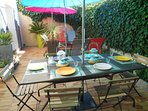 Un grand patio verdoyant, convivial et intime, bien à l'abri des vents et des regards.