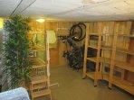 Le cellier offre aussi un immense coin rangement pour les vélos et les bagages.